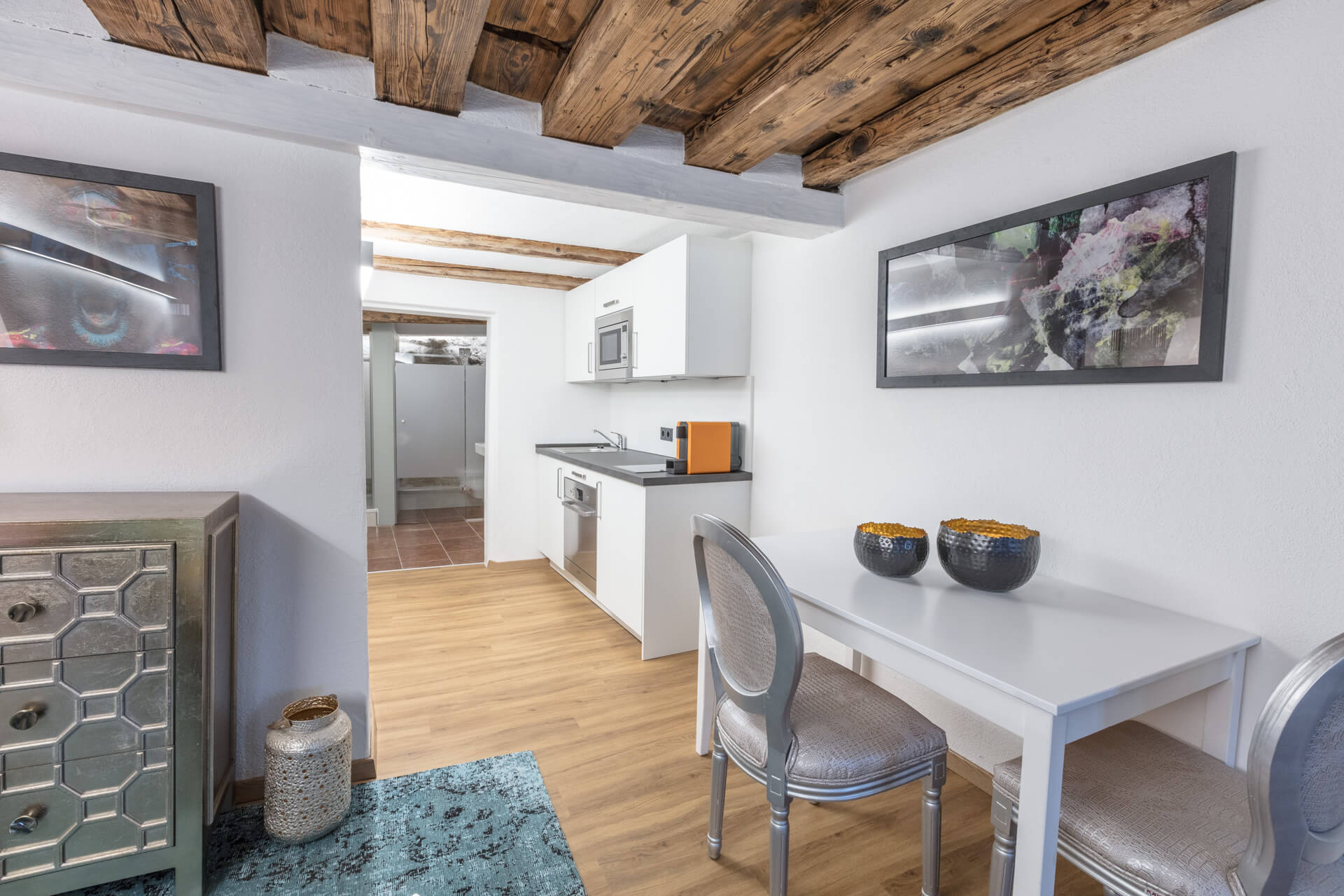 The GREEN APARTMENT is an exclusive studio with a unique flair. At about 33m² you can enjoy the view of the fortress or a pleasant shower directly in front of the stone of the Kapuzinerberg.