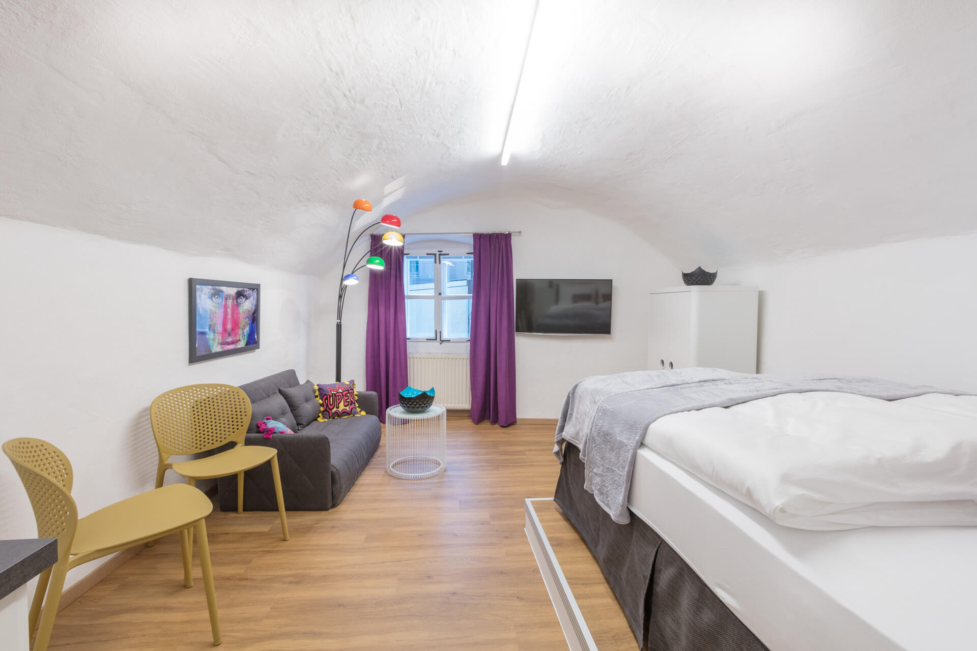 The colorful POP ART Apartment has approximately 25 m², is located on the first floor of the Stone Lodge and offers views of the historic Steingasse.