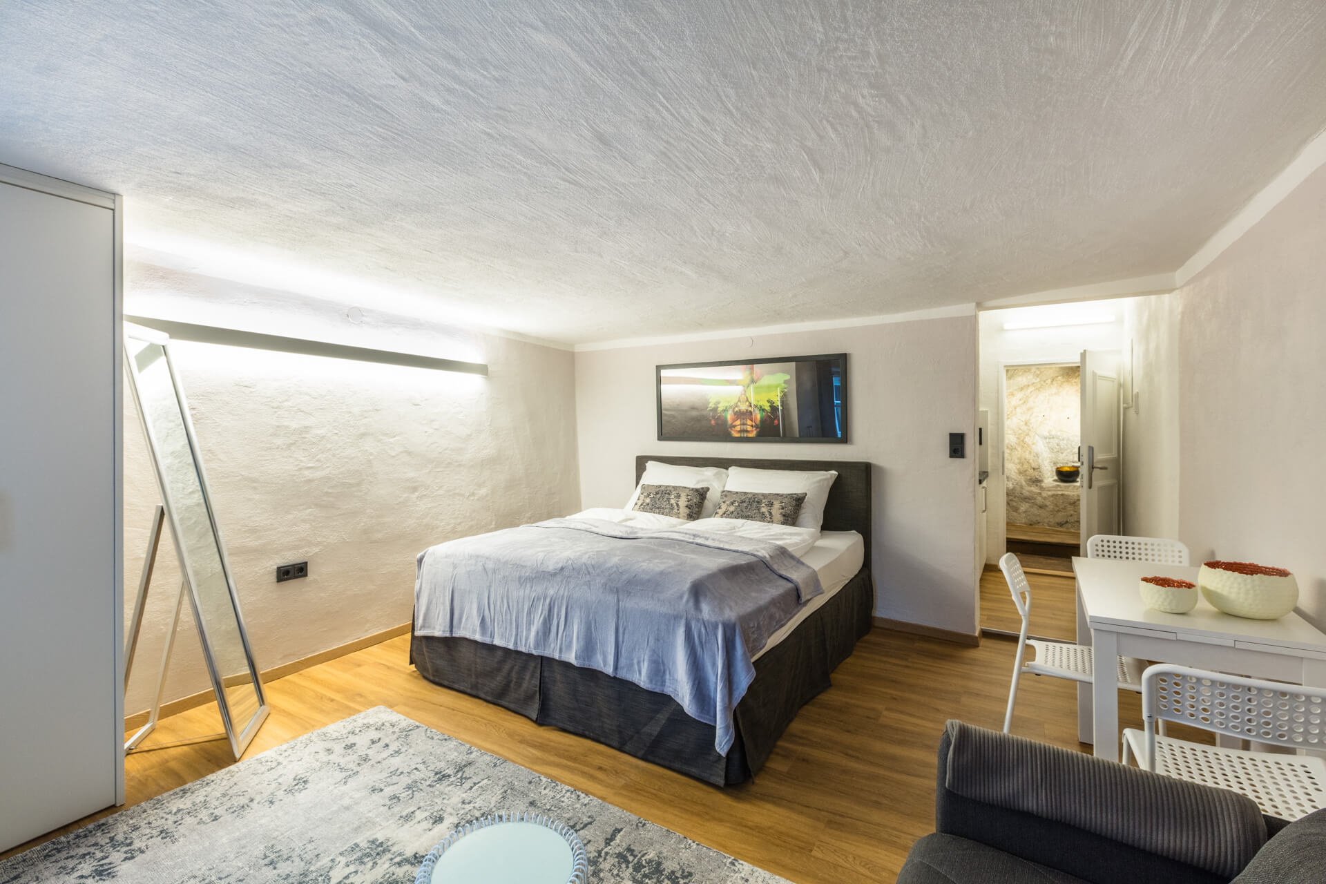The SILVER APARTMENT with views of the fortress is about 25 m² in size and is located on the 2nd floor of Stone Lodge.